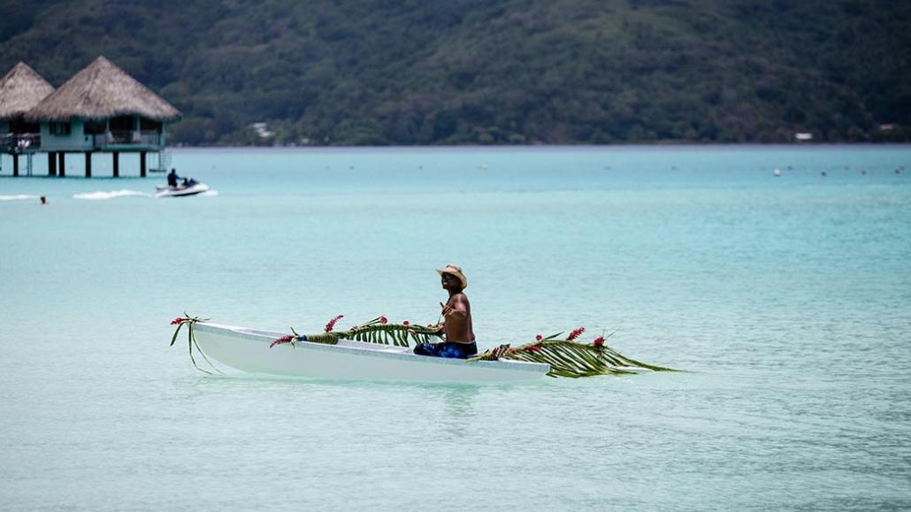 Bora Bora pescatore canoa